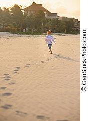 paume, courant, garçon, plage, long, arbres, peu, été