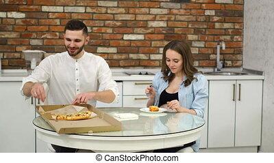 pauvre, femme mange, gras, pregnant, foods., kitchen., leur, diet., maison, obésité, homme pizza