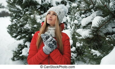 paysage, debout, glacial, arbres, hiver, blond, femme, sapin