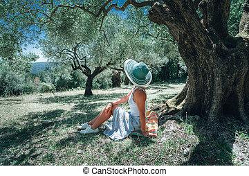 paysage., femme, paille, soleil, idyllique, sous, méditerranéen, jeune, arbre, délassant, forêt, été, conte, fond, grèce, olive, fée, chapeau