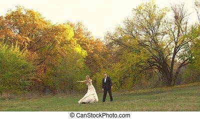 paysage, nouveaux mariés, danse, coloré, heureux, arbres., rigolote, automne, contre, automne, beau