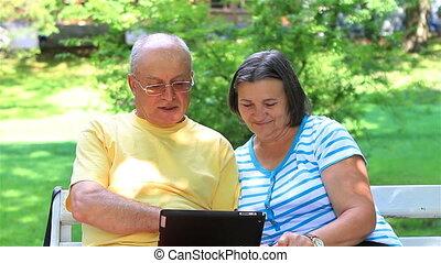 pc, couples aînés, tablette