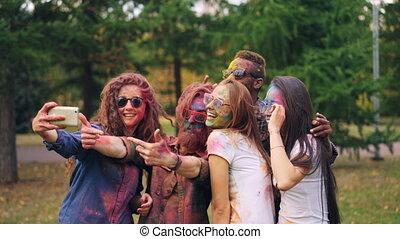 peint, smartphone, gens, festival, amis, selfie, hommes, cheveux, sourire., appareil photo, poser, prendre, holi, faces, amusement, utilisation, femmes, technologie, concept., heureux