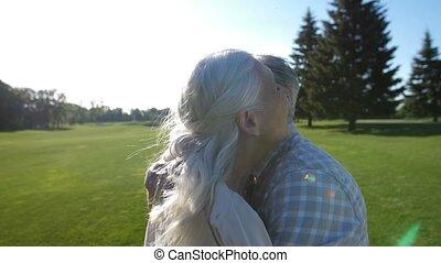 pelouse, amour, couple étreindre, vert, personne agee, heureux