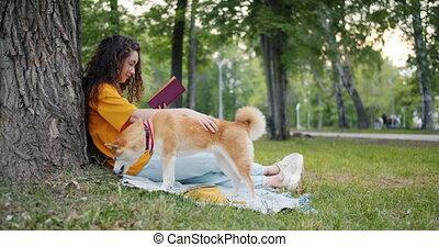 pelouse, lent, manger, elle, parc, chien, mouvement, quoique, livre, lecture, étudiant, herbe