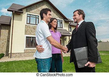 pelouse, owners., affaire, vendeur, couple, poignée main, jeune, dehors, mains, propriété, secousse