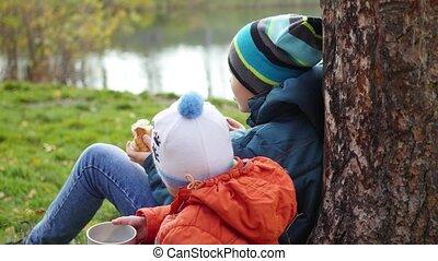 pelouse, séance, boisson, parc, promenade, automne, thé chaud, air frais, enfants