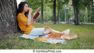pelouse, séance, décontracté, parc, café, chien, livre, boire, lecture, girl