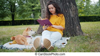 pelouse, séance femme, parc, chien, jeune, mouvement, lent, livre lecture