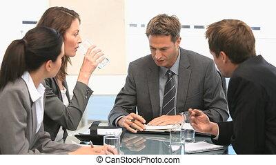 pendant, businesspeople, avoir, discussion, réunion