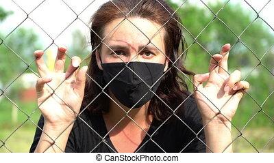 pendant, fence., coronavirus, pandémie, distance, métal, masque, fil, monde médical, derrière, concept, femme, quarantaine, social, protecteur