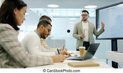 pendant, groupe, écran, conférence affaires, gens, divers, utilisation, entraîneur, écoute, numérique