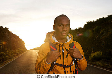 pendant, levers de soleil, africaine, jeune, sac à dos, américain, homme, route, marche, voyage