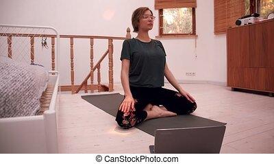 pendant, ligne, yoga, femme, pandémie, médite, maison, ordinateur portable, coronavirus, elle, devant, ou, confortable
