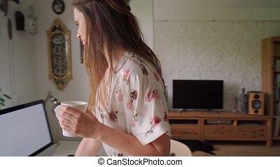 pendant, pyjamas, femme travail, remotely, pandémie, maison