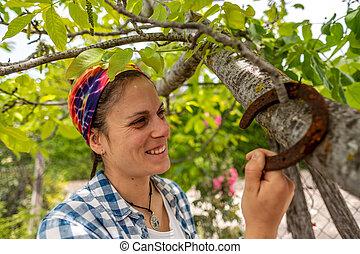 pendre, femme, fer cheval, branche arbre