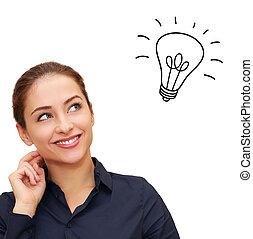 pensée femme, tête, heureux, haut, au-dessus, ampoule, idée, regarder