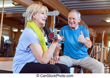 personne âgée femme, gymnase, dumbbells, fitness, exercisme