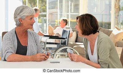personne agee, amis, jouer cartes