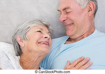 personne agee, autre, couple, regarder, chaque, affectueux
