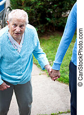 personne agee, caregiver, dame, marche