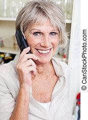 personne agee, conversation, sourire, dame, téléphone
