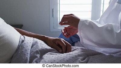 personne agee, docteur, mélangé, visiter, maison, fin, femme, haut, homme, course, mains, tenue