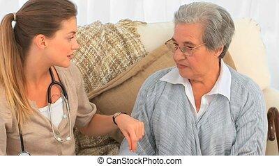 personne agee, elle, conversation, patie, infirmière