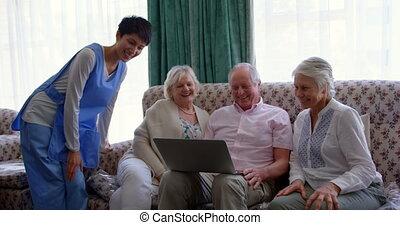 personne agee, femme, soins, ordinateur portable, devant, caucasien, maison, 4k, vue, amis, utilisation, actif, docteur