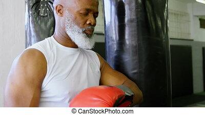 personne agee, frapper, penchant, sac, boxeur, contre, 4k