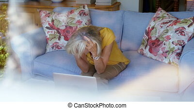 personne agee, inquiété, sofa, 4k, séance femme