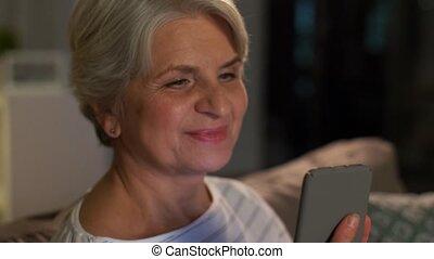 personne agee, maison, femme, heureux, smartphone