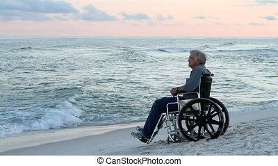 personne agee, plage, fauteuil roulant