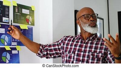 personne agee, sur, notes, cadre mâle, expliquer, collant, 4k