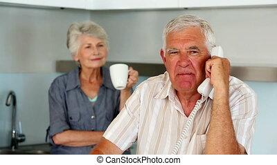 personne agee, téléphone, conversation, homme