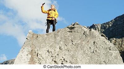 personne agee, téléphone, rocher, mobile, selfie, 4k, femme, prendre