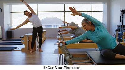 personne agee, yoga, entraîneur, instruire, groupe, femmes, 4k, exécuter