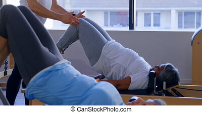 personne agee, yoga, entraîneur, quoique, instruire, femmes, 4k, exécuter