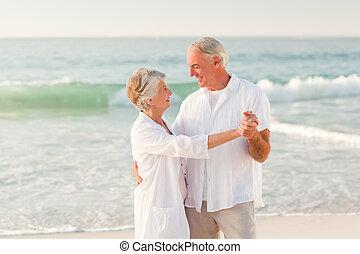 personnes âgées accouplent, danse, plage