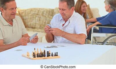 personnes agées, jouer cartes, amis
