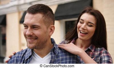 petit ami, elle, checkered, embrasser, derrière, femme souriant, chemise, jeune