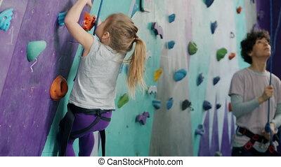 petit, centre, sports, gosse, fond, sécurité, equipement escalade, femme, artificiel, mur, utilisation