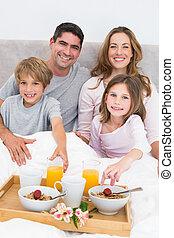 petit déjeuner, avoir, lit, famille