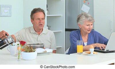 petit déjeuner, couples mûrs, prendre