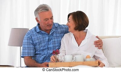 petit déjeuner, préparer, couple retiré