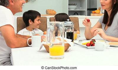 petit déjeuner, prendre, famille