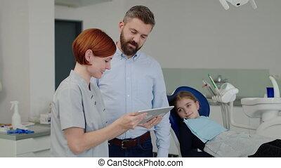 petit, dentiste, girl, dentaire, père, checkup., chirurgie