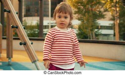 petit homme, jeune fille, jouer