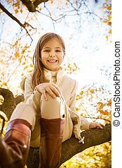 petite fille, arbre, heureux, coffre, séance