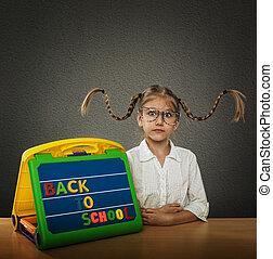 petite fille, cheveux, tressé, à côté de, lunettes, haut, grand, plaque, subtitles, dos, elle, rigolote, école